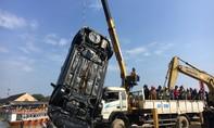 Vớt thi thể 3 người trong xe ô tô lao xuống sông Hoài