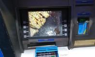 """Thanh niên """"nổi cơn thịnh nộ"""" đập nát màn hình máy ATM"""
