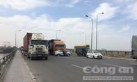 """Xe container """"ủi"""" ô tô quay ngang trên cầu Đồng Nai, giao thông ùn tắc"""