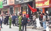 Thanh niên bị chém gục giữa phố đông người đi sắm Tết