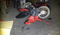 Hai xe máy dính chặt vào nhau trên đường, 1 người tử vong