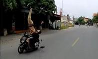 Tạm giữ một thiếu niên vi phạm còn lao thẳng xe máy vào CSGT