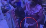 Cận cảnh màn thò tay trộm điện thoại trong giỏ xách