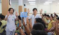 Bác sĩ hướng dẫn bệnh nhân rửa tay ngăn ngừa nhiễm khuẩn