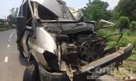 Xe khách nát đầu sau khi tông xe máy và cột điện, 3 người thương vong