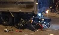 Xe máy tông đuôi xe tải đang quay đầu, một người tử vong