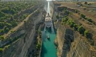 Clip gần 1.000 hành khách 'nín thở' khi du thuyền vượt kênh đào hẹp