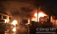 Hàng trăm Cảnh sát PCCC trắng đêm dập đám cháy nhà xưởng ở Sài Gòn