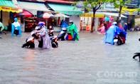 Sau cơn mưa, nhiều tuyến đường ở Cần Thơ ngập như... sông Hậu!