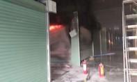 Cháy trong chợ Mỹ Xuân, nhiều tiểu thương hoảng loạn