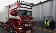 Clip cảnh sát Anh cúi đầu khi xe container chở 39 thi thể rời hiện trường