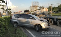 Xe Howo ủi xe 7 chỗ xoay như chong chóng ở Sài Gòn
