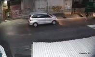 Clip mất ô tô ngay trước mắt khi quay lại... đóng cửa nhà