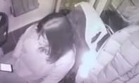Clip nữ tài xế xe buýt gây thiệt hại 1,5 triệu USD vì mải nhìn điện thoại