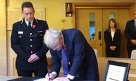 Thủ tướng Anh ghi sổ tang chia buồn với gia đình 39 nạn nhân