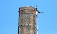 Hy hữu người đàn ông chết trên ống khói cao 90 m