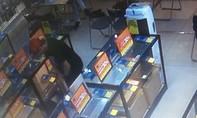 Người nước ngoài nhiều lần vào siêu thị Điện Máy Xanh trộm máy tính