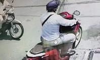 Truy tìm người đàn ông nói tiếng Trung Quốc trộm dây chuyền vàng