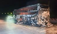 Xe khách giường nằm chở hàng chục người cháy rụi