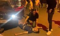 Xe BMW lao lên vỉa hè tông 5 người bị thương