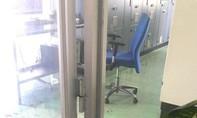 Một nhân viên trong khu CNC trọng thương với vỏ đạn trong cổ