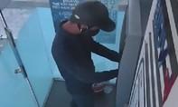 Truy tìm 2 kẻ lắp đặt thiết bị điện tử để trộm tài khoản thẻ ATM