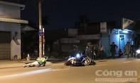 Vừa chạy xe vừa nhìn hiện trường tai nạn, 2 thanh niên lao vào nhau