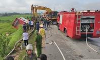 Xe giường nằm lao xuống ruộng rồi lật, 21 người thương vong