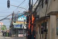 Cột điện cháy ngùn ngụt, người dân hoảng loạn