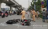 Va chạm xe máy ở Sài Gòn, cô gái ngã vào bánh xe bồn tử vong