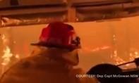 Clip lính cứu hỏa Úc lái xe di chuyển trong 'bão lửa'