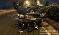 Chạy ngược chiều đi mua mồi nhậu, 2 thanh niên bị xe tải tông nguy kịch