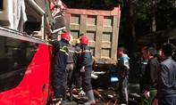 Hàng chục Cảnh sát cưa đầu xe khách cứu 3 người mắc kẹt