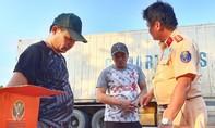 Gần 800 chai rượu ngoại lậu trên xe container chở trái cây từ Trung Quốc