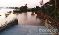 Sạt lở đường dẫn cầu Chắc Rè, nhiều tài sản chìm xuống kênh