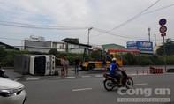 Xe tải chở nước đá lật, đường huyết mạch ở Sài Gòn ùn tắc