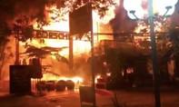 Quán bar bốc cháy dữ dội, hàng chục khách tháo chạy