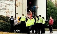 Anh phát hiện phụ nữ mang thai và trẻ em trong xe container