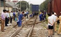 Tàu hỏa tông 2 công nhân đường sắt thương vong