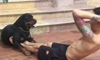 Clip chú chó giữ chân giúp chủ tập cơ bụng