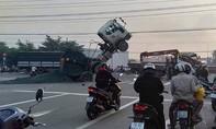 """Xe ben """"ngẩng cao đầu"""" sau tai nạn với xe tải cẩu"""