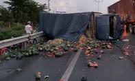 Nữ tài xế lái xe tải chở dưa hấu lật ngang trên cao tốc TP.HCM – Trung Lương