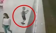Clip cậu bé mải chơi điện thoại bị rơi xuống đường ray tàu