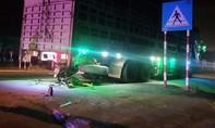 """Xe máy """"chui"""" vào gầm xe tải đậu ven đường, thanh niên tử nạn"""