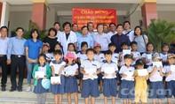 Khám bệnh miễn phí và tặng quà cho trẻ em vùng biên