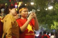 """Phố đi bộ Nguyễn Huệ """"nổ tung"""" đêm chung kết Seagame 30"""
