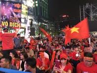 Hàng chục ngàn CĐV cuồng nhiệt tại phố đi bộ Nguyễn Huệ