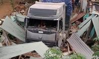 Xe đầu kéo tông sập hoàn toàn nhà dân, cả nhà thoát chết hi hữu
