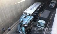 Container lật trong hầm chui ngã tư Vũng Tàu, ùn tắc nghiêm trọng