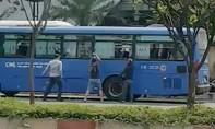 Clip nhóm thanh niên đập phá xe buýt ở TPHCM